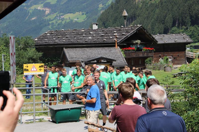 De spelers van Werder Bremen wilden graag in de beste wagon met zijn allen (FOK!/dennistd)