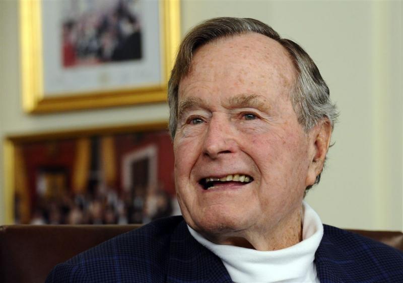 Bush senior breekt bot in nek