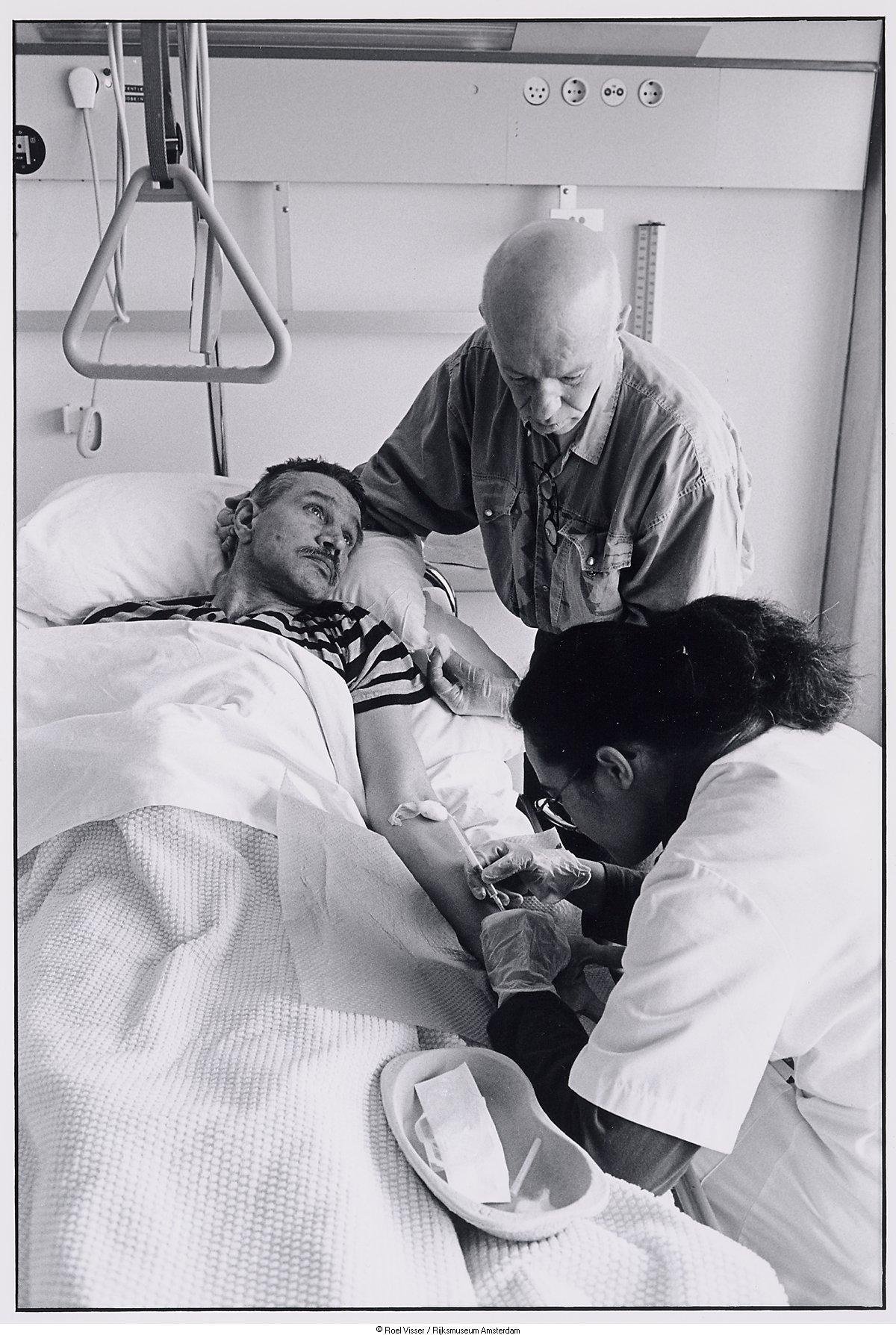 Een Patient met Aids wordt geholpen