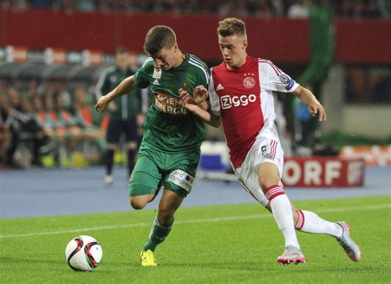 Tien fans Ajax vast, twee agenten gewond