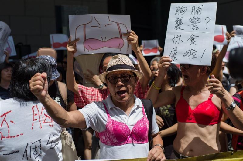 Borstenprotest buiten politiebureau Hongkong (Foto: ANP)
