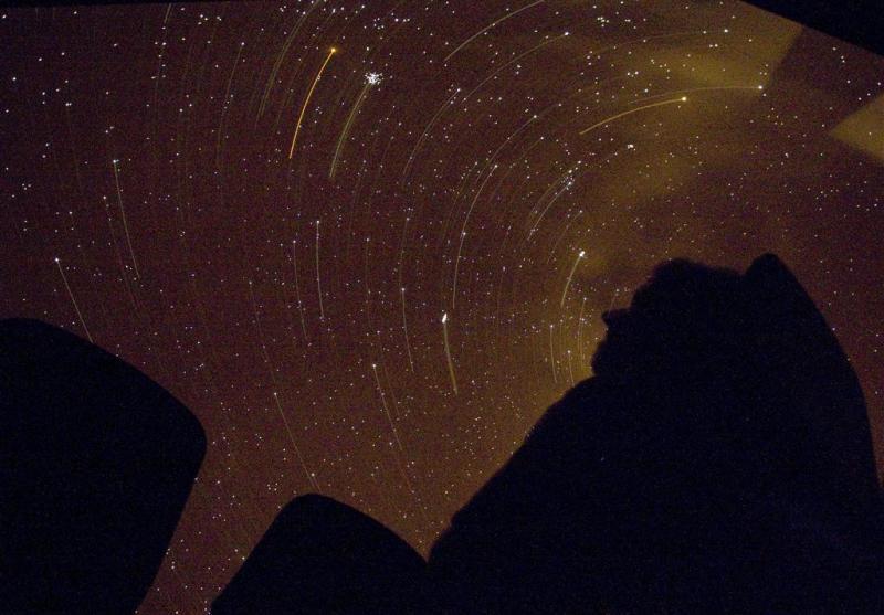 Vallende sterren tussen de bewolking