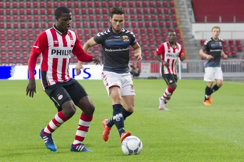 De beloftenteams werken hun wedstrijden regelmatig af voor lege tribunes, zoals hier eerder dit seizoen bij de wedstrijd tussen Jong PSV en Go Ahead Eagles (Pro Shots/Erik Pasman)