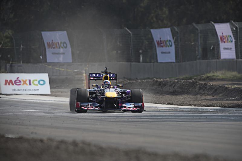 Carlos Sainz tijdens een demo (Foto: Red Bull)