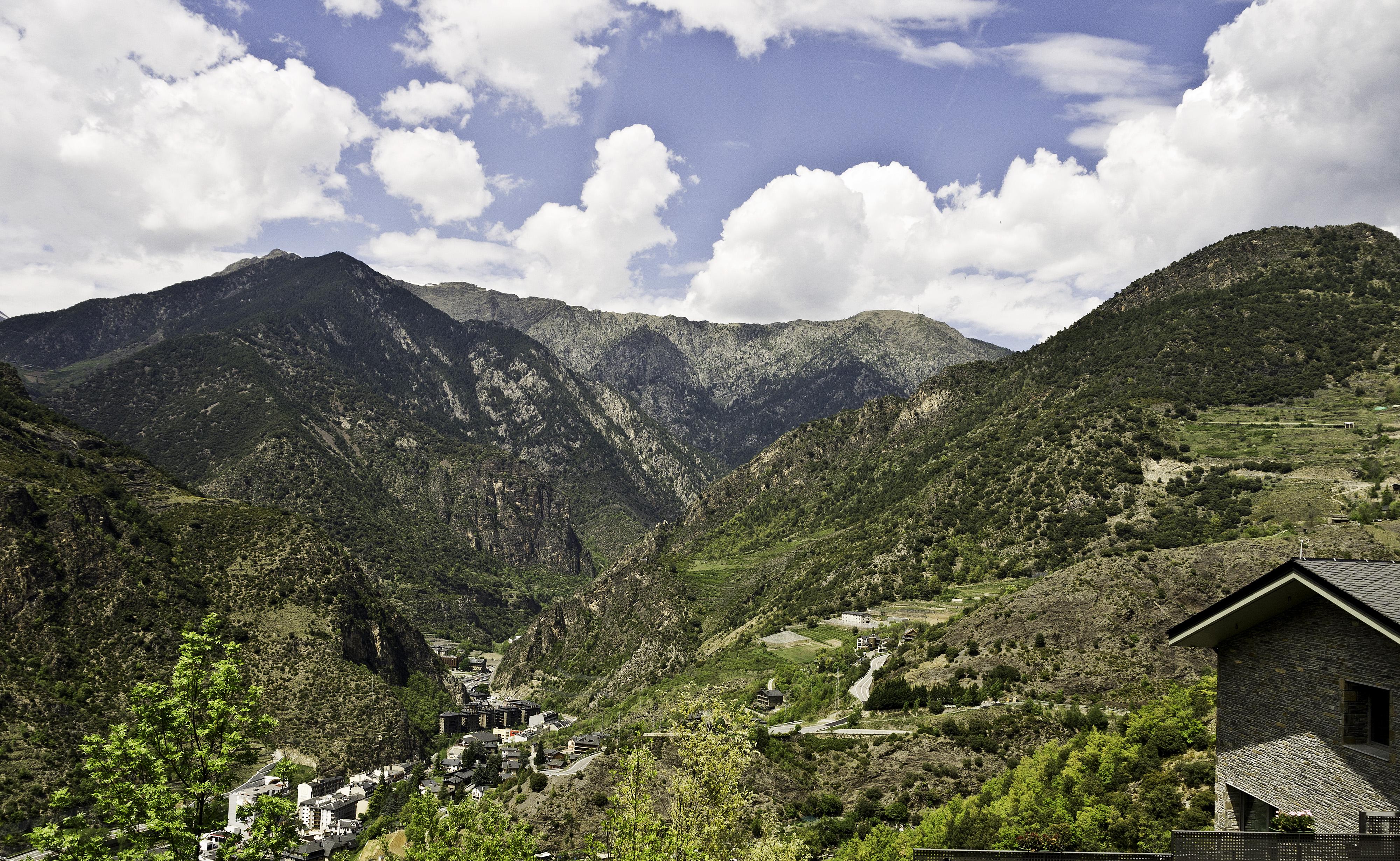 Het dorp Sant Julià de Lòria is al vroeg zichtbaar tijdens de afdaling (Foto: WikiCommons)