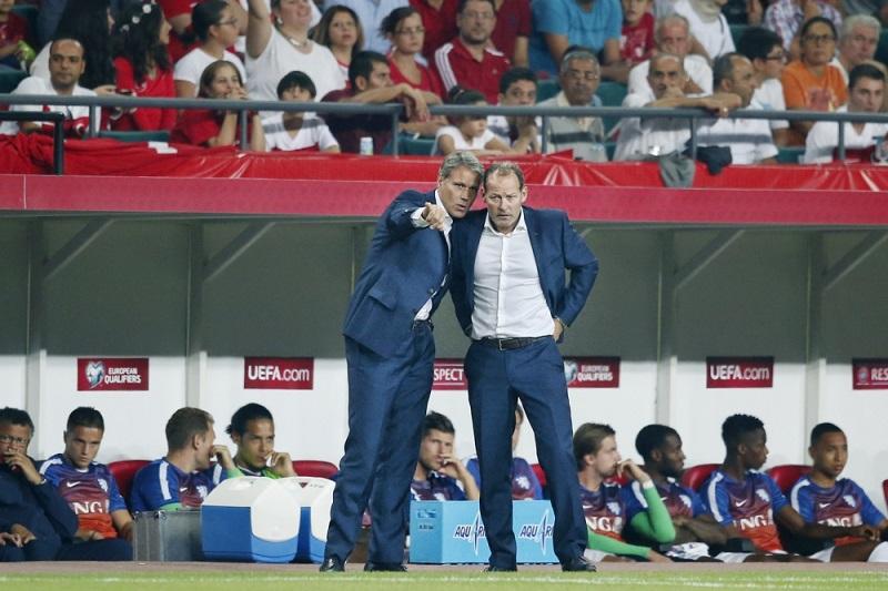 Marco van Basten en Danny Blind overleggen hier tijdens de verloren wedstrijd van het Nederlands elftal tegen Turkije, wat bespreken de heren hier? (Pro Shots/Stanley Gontha)