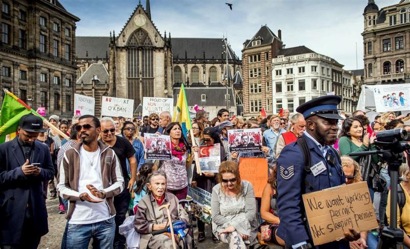 Paar honderd in actie voor vluchtelingen