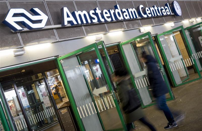 Politie vangt vluchtelingen Amsterdam CS op