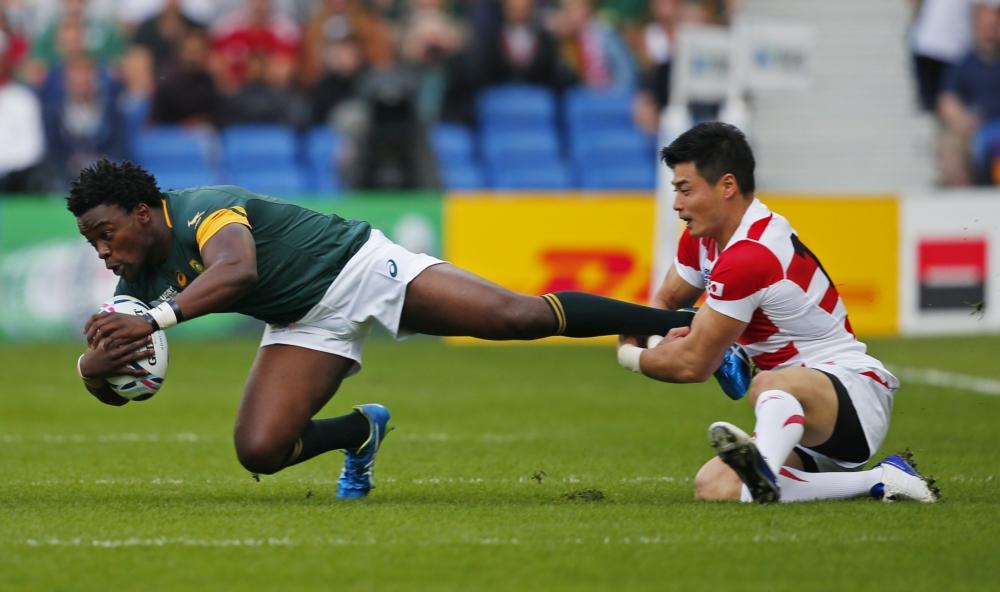 Het WK Rugby is in volle gang en FOK! doet daar volop verslag van. Het mooie van rugby is ook dat het prachtige foto's oplevert, zoals ook deze. De Zuid-Afrikaan Lwazi Mvovo wordt bij zijn enkel gegrepen door de Japanner Akihito Yamada, wat zou een goed onderschrift zijn voor deze foto? (Pro Shots/Action Images)
