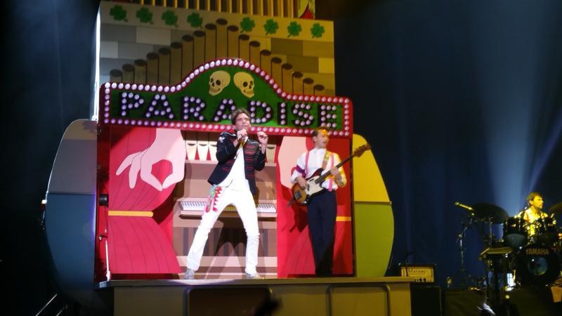 De Paradise-caravan, met Mika en gitarist