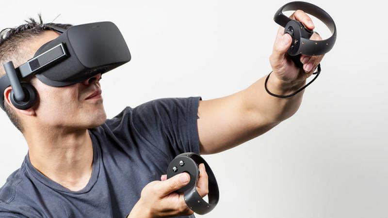 Speler bedient Oculus Touch-controllers