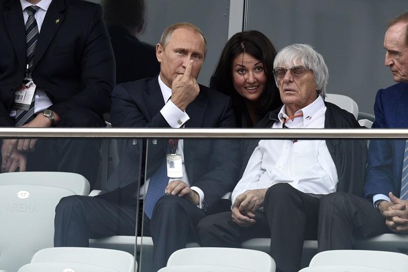 Vladimir Putin en Bernie Ecclestone hebben zo te zien een bijzonder goed gesprek op de tribune bij de Grand Prix van Rusland in Sochi, waar zouden beide heren het over hebben? (Pro Shots/Zuma Sports Wire)