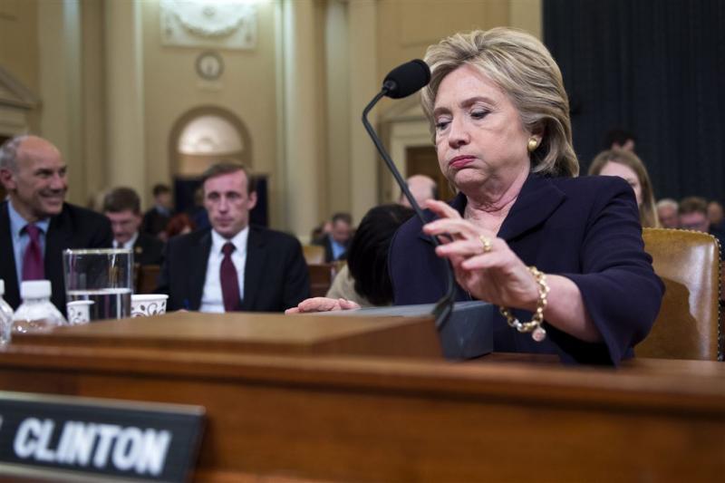 Clinton houdt zich staande tijdens verhoor