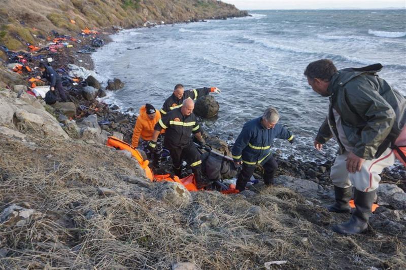 'Schip vol migranten kapseist bij Lesbos'