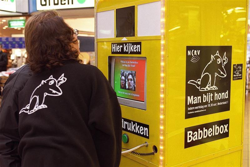 Babbelbox Man bijt hond te huur