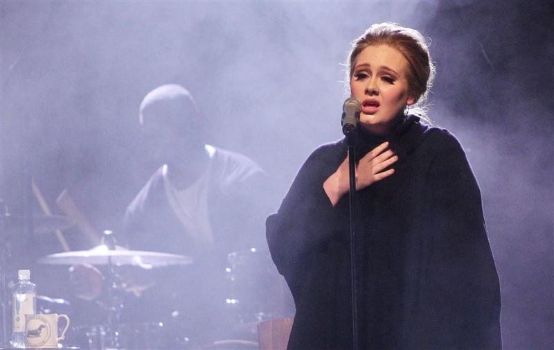 Adele stevig op één met Hello