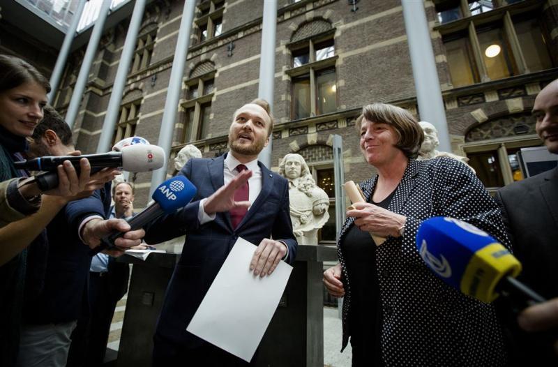 Arjen Lubach overhandigt 'farao-initiatief'