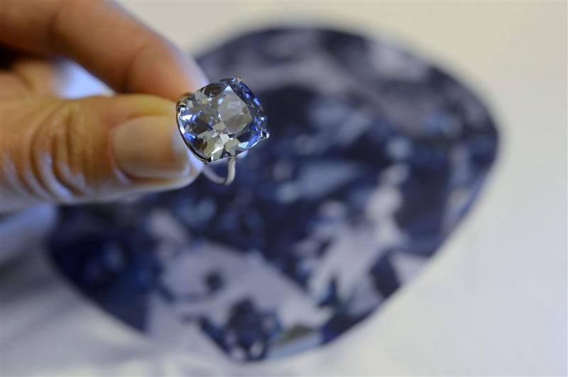 Man doet blauwe diamant cadeau aan dochtertje