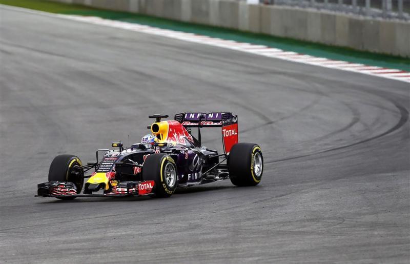 Ricciardo moet tien plaatsen terug