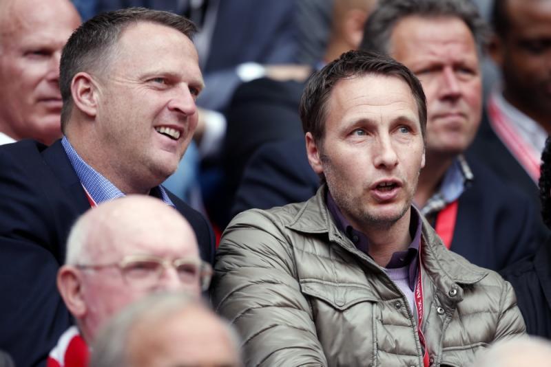 Michel Kreek (r) hier op de tribune bij Ajax samen met John van den Brom (Pro Shots / Stanley Gontha)