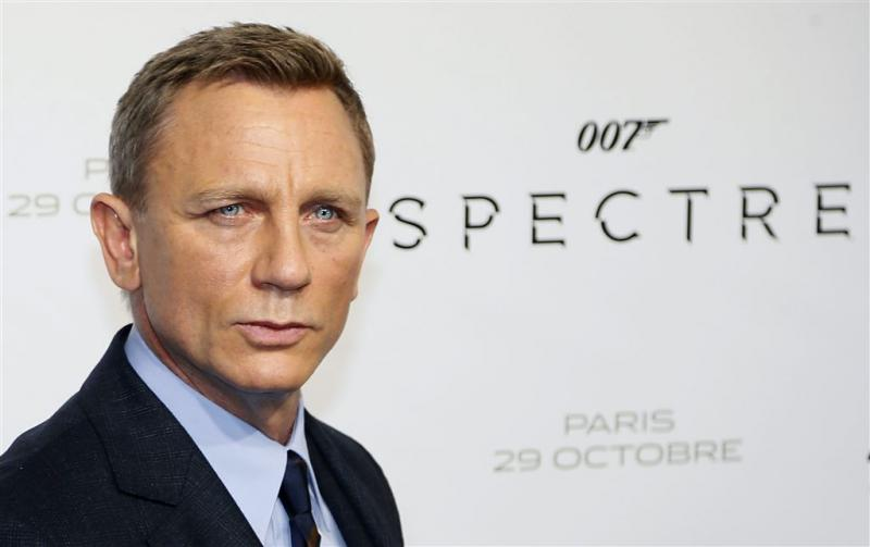 India zet rem op kussen James Bond