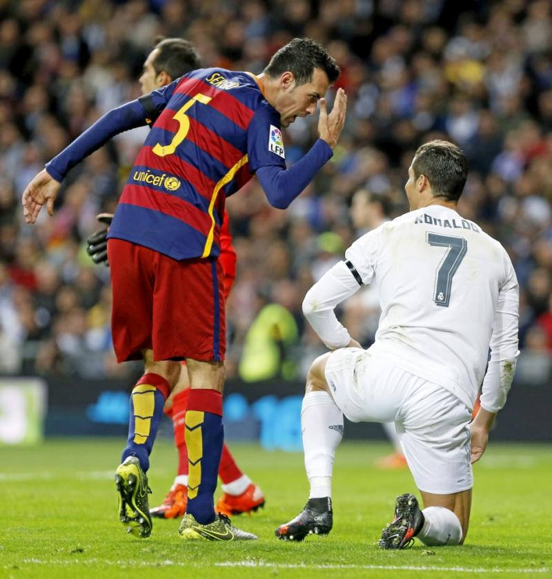 Busquets maakt Cristiano Ronaldo iets duidelijk tijdens de wedstrijd tussen Real Madrid en FC Barcelona, maar wat? (Pro Shots / Marca)