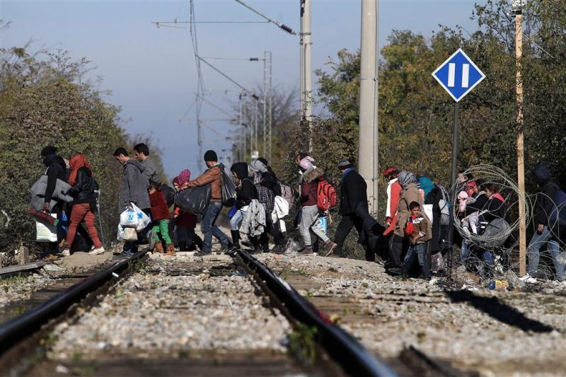 Vluchtelingen bestormen hek grens Griekenland