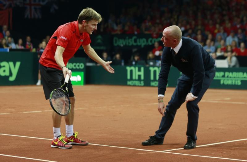 De Belg David Goffin heeft een discussie met de umpire tijdens de finale van de Davis Cup, waar hebben beide heren het hier over? (Pro Shots / Action Images)