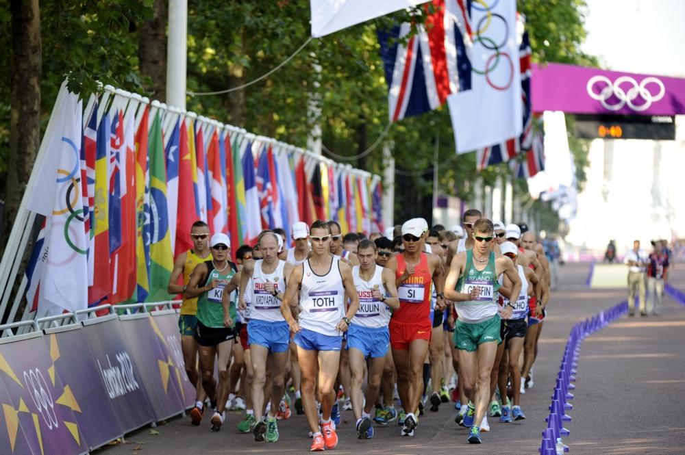 Kirdyapkin en Bakulin volgen de Slowaakse leider Matej Toth tijdens de olympische 50 kilometer in Londen (PRO SHOTS/DPPI)
