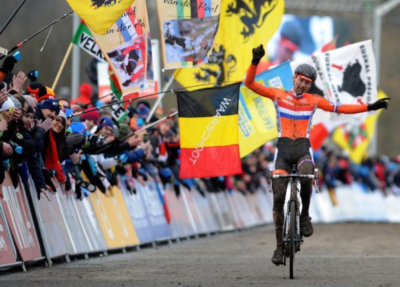 Van der Poel passeert juichend de finish (Pro Shots / Zuma Sports Wire)