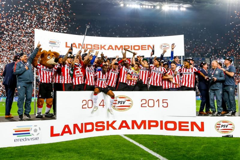 PSV viert feest met de schaal (Pro Shots / Peter Lous)