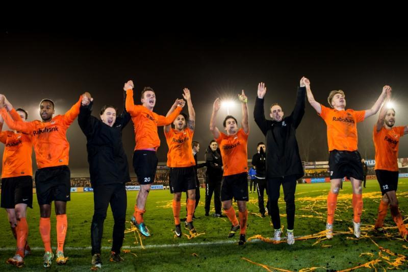 De spelers vieren feest na de sensationele 2-0 zege op N.E.C. (Pro Shots / Ronald Bonestroo)