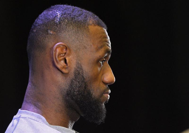 Cleveland wint, James verwondt vrouw