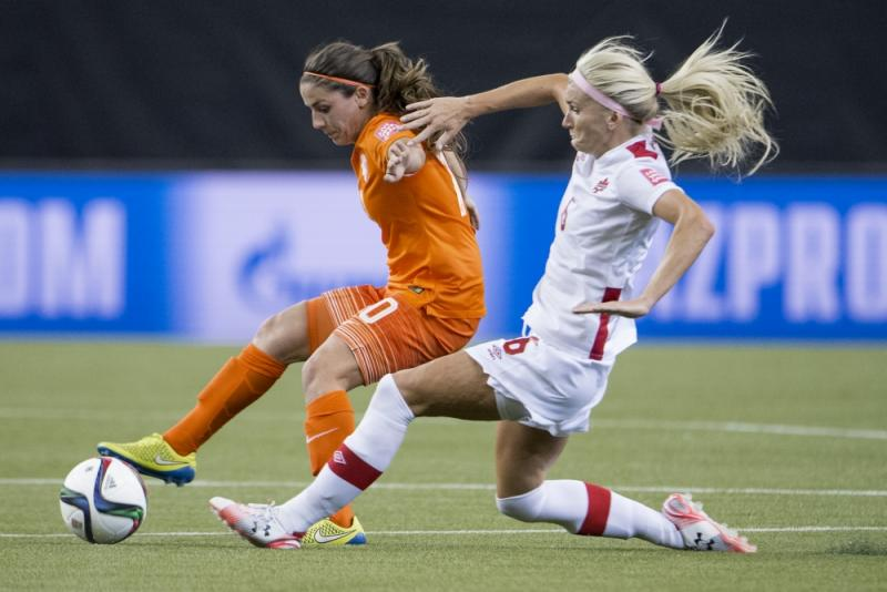 Danielle van de Donk in duel tijdens de wedstrijd tegen Canada (Pro Shots / Jasper Ruhe)