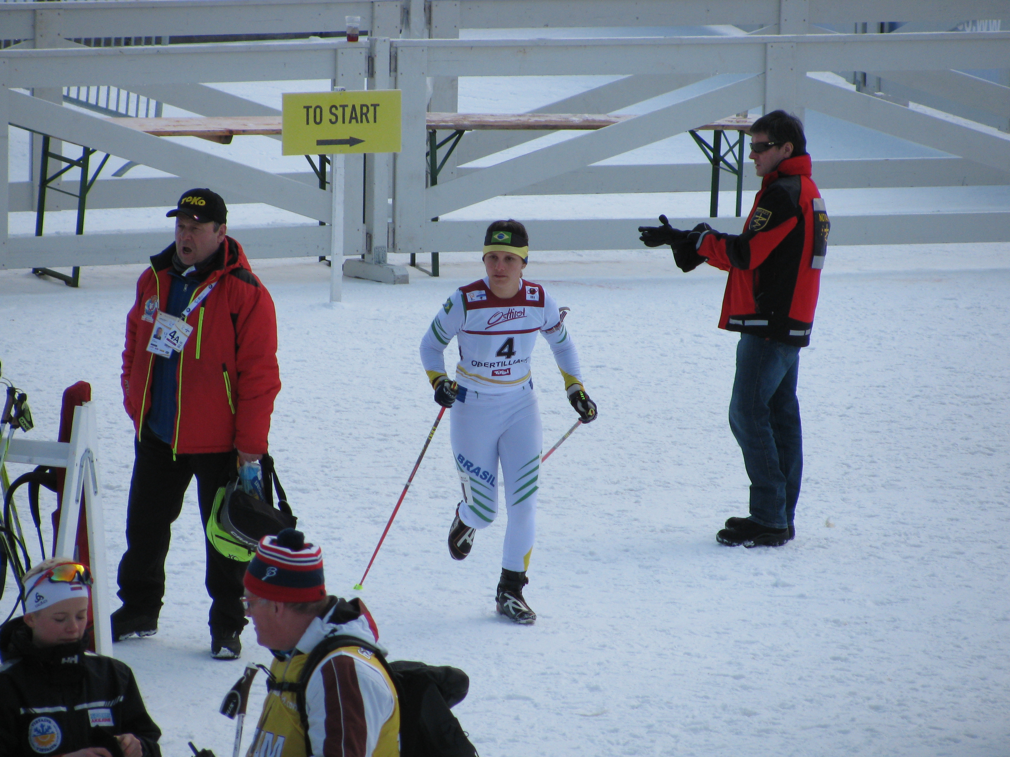 Moura warmt zich enkele minuten voor de start van haar eerste 15 kilometer nog maar een keer op (Foto: heywoodu)