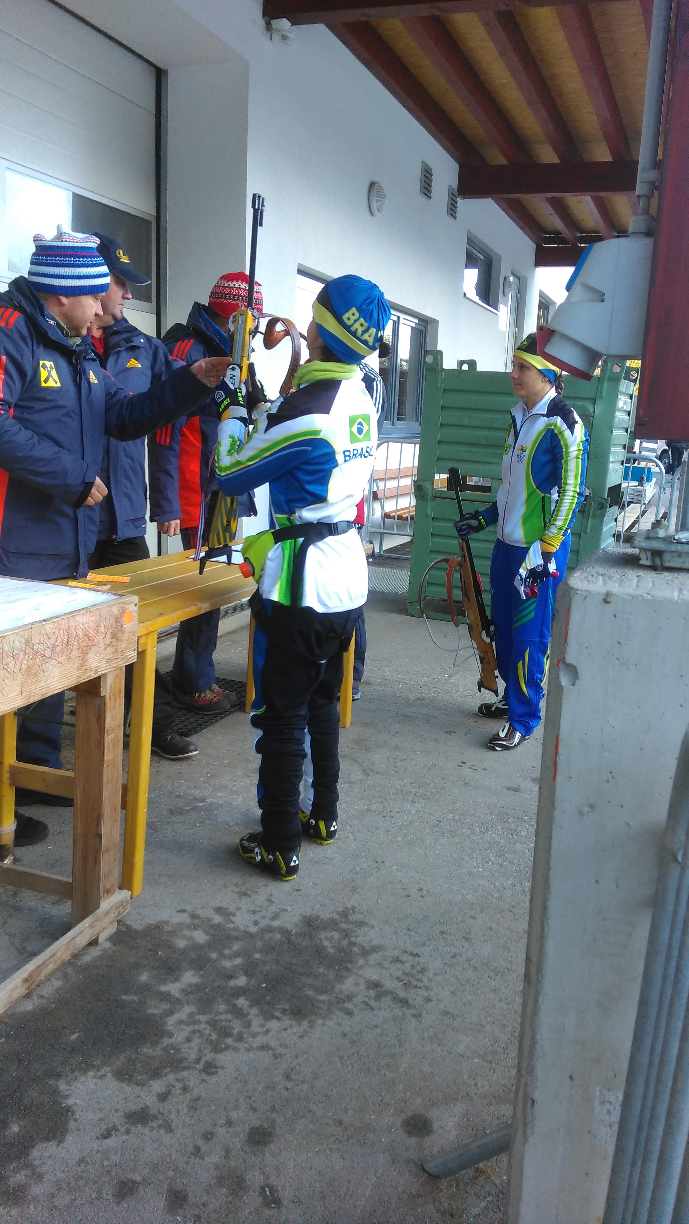Voor de start worden de wapens gecontroleerd: men test de druk van de trekker en er gaat een stickertje met het startnummer op (Foto: heywoodu)
