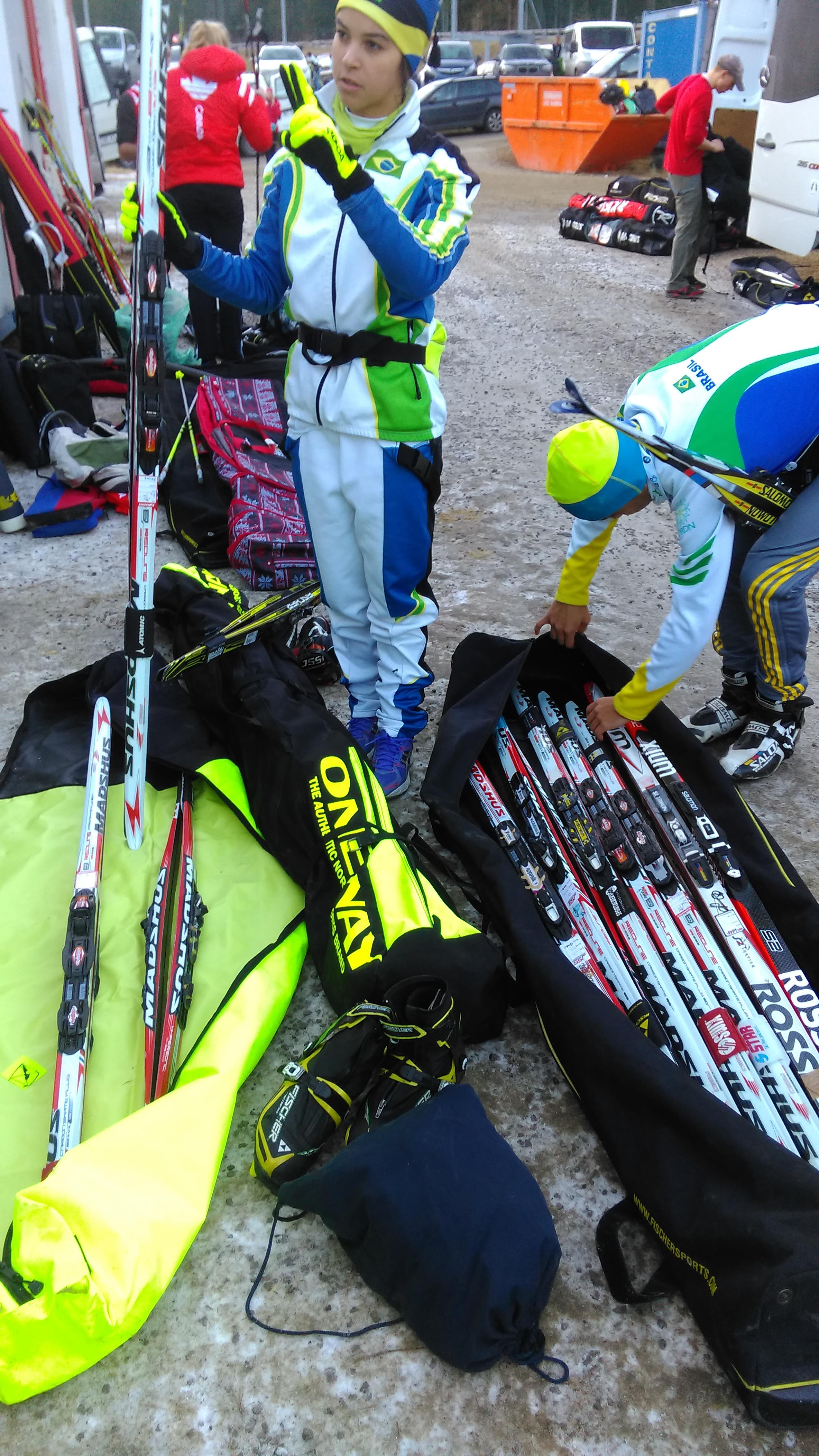 Na afloop heerst overal een gecontroleerde chaos, zo ook hier bij Gabi Neres en Caio Moreira: welke ski's moeten in welke tas, met welke labels en in dezelfde auto met welke skistokken? (Foto: heywoodu)