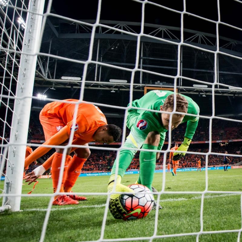 Het veelzeggende beeld, Zoet moet de bal uit het doelnet halen na een doelpunt van Tsjechië (Pro Shots / Ronald Bonestroo)
