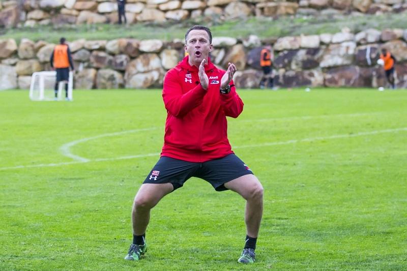 John van den Brom gaat helemaal los tijdens het trainingskamp van AZ, maar wat probeert hij duidelijk te maken (Pro Shots / Ed van de Pol)