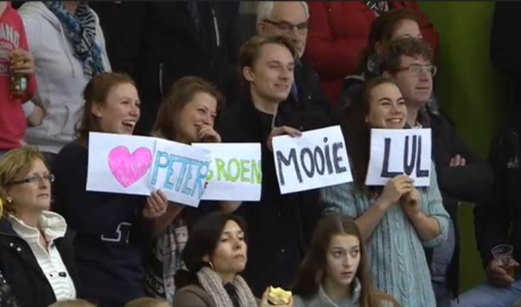 Supporters van Peter Groen op de tribune in Thialf. Hoe 'lullig' zal de man van het gezelschap zich voelen?