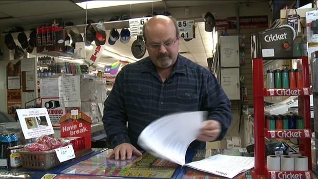 Lance Perkins bladert nog eens door het boekwerk aan creditcardafschriften (Foto:...