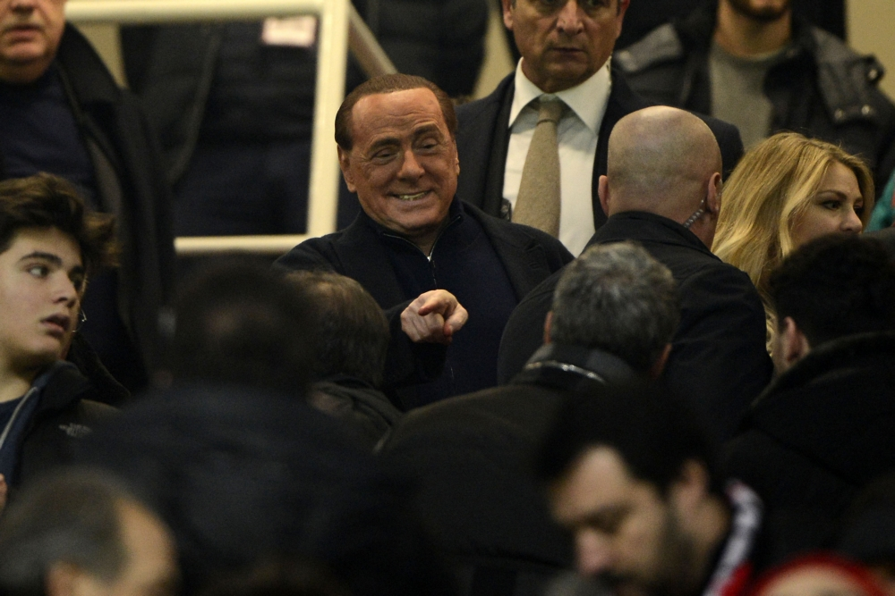 AC Milan-eigenaar Silvio Berlusconi heeft het naar zijn zin tijdens de Milanese derby. Wat zou een goed onderschrift zijn bij deze foto? (Pro Shots / Insidefoto)