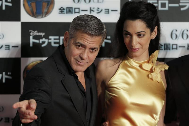 Clooney bijna halfuur op één knie voor Amal