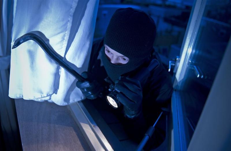 Inbreker valt agent aan met koevoet