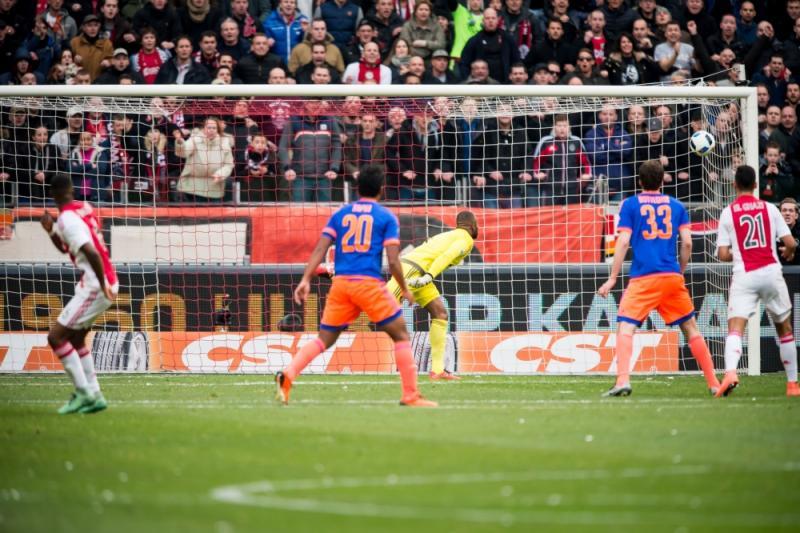 Bazoer (links) schoot Ajax met een pegel in de kruising naar de zege. (PROSHOTS/Bonestroo)