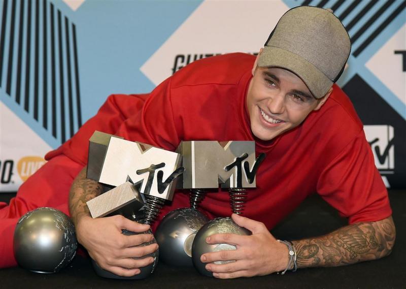 Justin Bieber geeft rapper peperdure ketting