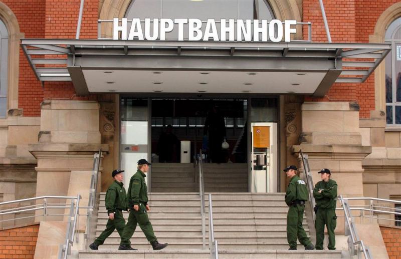 Groep mannen sluit meisjes in Kiel in