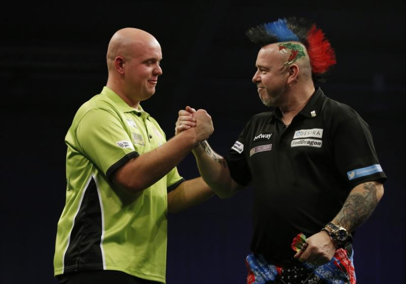 Michael van Gerwen wordt gefeliciteerd door Peter Wright. (PRO SHOTS/Action Images)