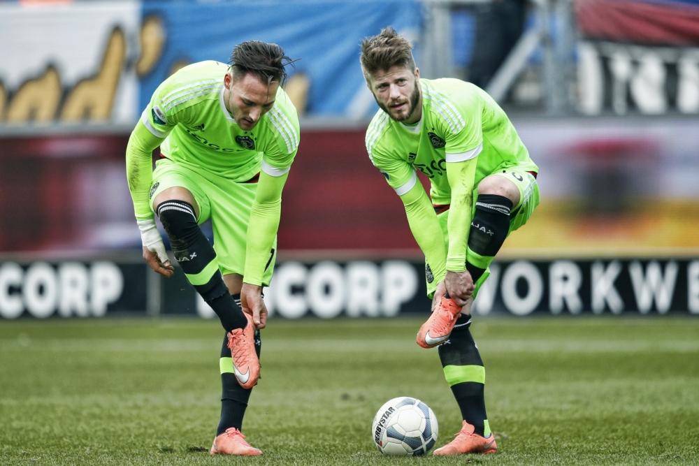Ajax-spelers Nemanja Gudelj en Lasse Schöne zijn bijna klaar om de bal te trappen, wat zou een goed onderschrift zijn bij deze foto? (Pro Shots /  Stanley Gontha)