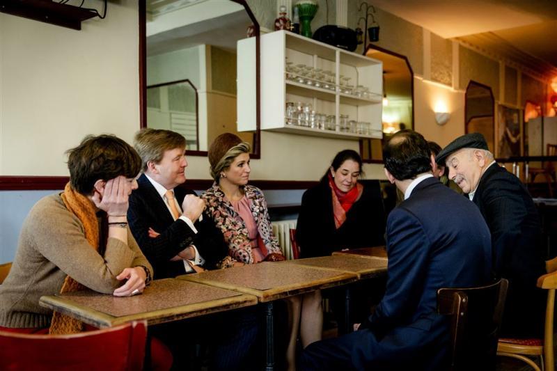 Koning bezoekt café aanslagen Parijs